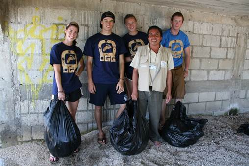Raul, our friend and cultural tourism guide from San Juan La Laguna, volunteered to join our team for garbage collection!