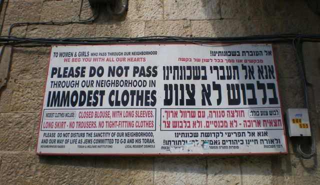 Mea Shearim modesty signs. Photo by WikiCommons/ Lisa Mathon
